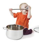 Barnet med stora kokkärl — Stockfoto