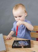 Kleines kind arbeiten bei offenen festplatte — Stockfoto