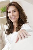La trentaine heureuse femme à la maison — Photo