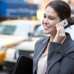 黄色のタクシーによって携帯電話で話している若い女性 — ストック写真