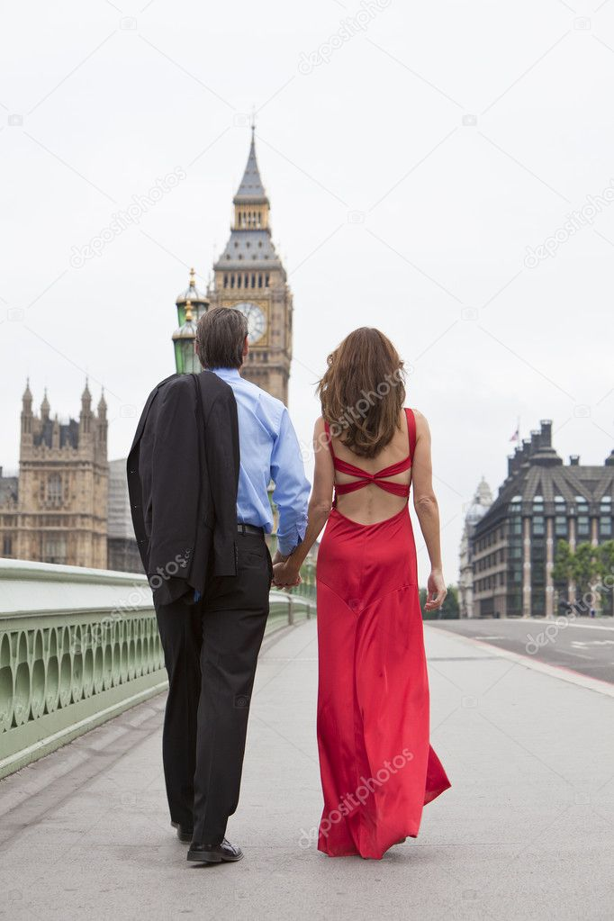 Rear view of romantic man and woman couple on Westminster Bridge with Big Ben in the background, London, England, Great Britain — Stock Photo #11458324