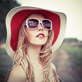 Retrato de muchacha romántica en bosque — Foto de Stock