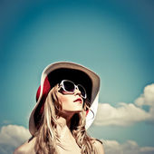 Portret van een mooi meisje in de hemel — Stockfoto