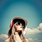 Portrét krásné dívky na obloze — Stock fotografie