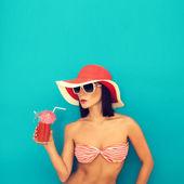 Bir kokteyl içme güneş gözlüklü seksi kadın — Stok fotoğraf