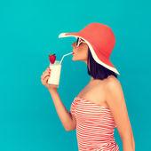 Smyslná žena s sluneční brýle pít koktejl — Stock fotografie