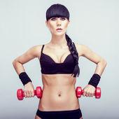 若い女性の手の重みとフィットネス運動を行う. — ストック写真