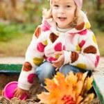 dziecko na plac zabaw dla dzieci na jesień — Zdjęcie stockowe