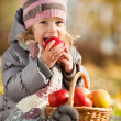 Kid eating red apple — Stock Photo