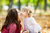 Woman with child in autumn park — Stockfoto