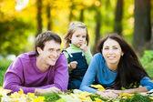 счастливая семья в осень — Стоковое фото