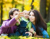 Família feliz no outono — Foto Stock