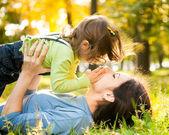 Donna con bambino in autunno — Foto Stock