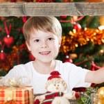 クリスマスの楽しみを持つ少年 — Φωτογραφία Αρχείου
