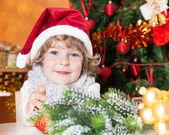 Criança feliz no chapéu de papai noel — Foto Stock