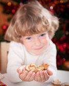 Lyckligt barn anläggning cookies — Stockfoto