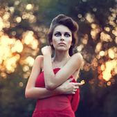 Mode vacker ung kvinna utomhus porträtt — Stockfoto