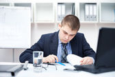 在办公室做一些 paperwor 的年轻商业人的肖像 — 图库照片