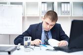 Porträtt av ung affärsman i office gör vissa paperwor — Stockfoto