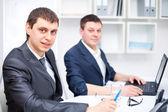 Zwei junge geschäftsleute arbeiten zusammen im büro — Stockfoto