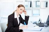 προσωπογραφία γυναίκας όμορφη νεων επιχειρηματιων στο γραφείο κάνει — Φωτογραφία Αρχείου