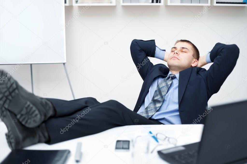 hombre de negocios cansado durmiendo en silla de oficina con sus piernas en t foto de stock. Black Bedroom Furniture Sets. Home Design Ideas