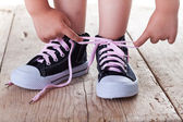 Child successfully ties shoes — Stock Photo