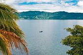 Osamělý rybář na jezeře toba na sumatře — Stock fotografie