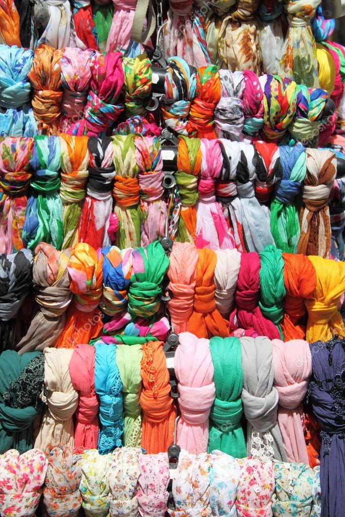 coloridos pauelos colgando en un estante de una tienda de modau foto de alessandro