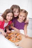 Trzy dziewczyny udostępnianie pizza — Zdjęcie stockowe