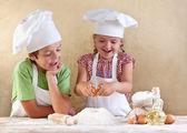孩子们面团准备 cookie、 比萨饼或意大利面 — 图库照片
