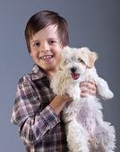 Niño feliz con su perro esponjoso — Foto de Stock
