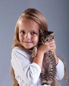 Niña adorable y su gatito — Foto de Stock