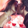 Couple kissing on romantic date — 图库照片
