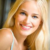 微笑着年轻美丽的女子,在室内 — 图库照片
