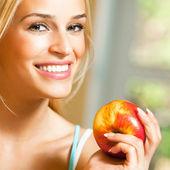 Heureuse femme souriante avec apple — Photo