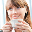 femme d'affaires gaie souriante avec café — Photo