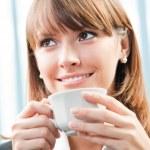 Veselý usměvavý obchodní žena s kávou — Stock fotografie