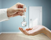 Handing over the keys — Stockfoto