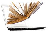 Computer en boek — Stockfoto