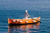 матрос гребле на деревянных такси лодке — Стоковое фото