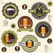 ビールのバッジとビンテージ スタイルのラベルのコレクション — ストックベクタ