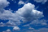 ふわふわ積雲と濃い青空 — ストック写真