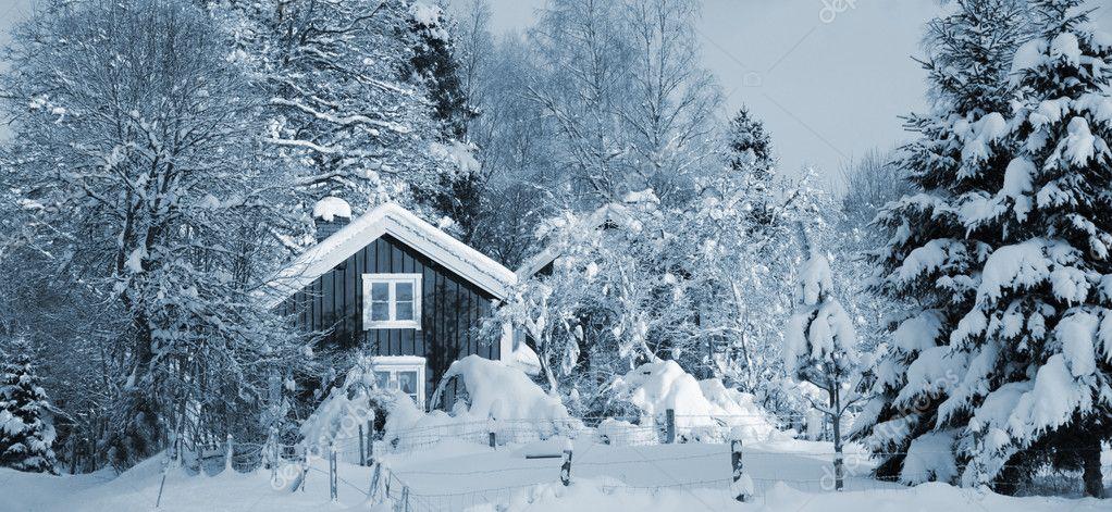 Casas rurales rojos e invierno cubierto de nieve foto de - Casas rurales en la nieve ...