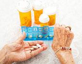 Yaşlı sıralama hapları eller — Stok fotoğraf