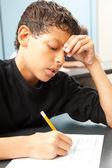 Esforçando-se menino de escola — Foto Stock