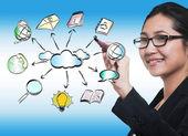 Mano de la mujer de negocios dibujo nube sharing network — Foto de Stock
