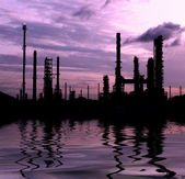 Silhouette scenic of petrochemical oil refinery plant — Stock Photo