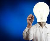 Podnikatel s hlava svítilny, kreslení na tabuli — Stock fotografie