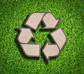 回收站在绿色草地上的标志 — 图库照片